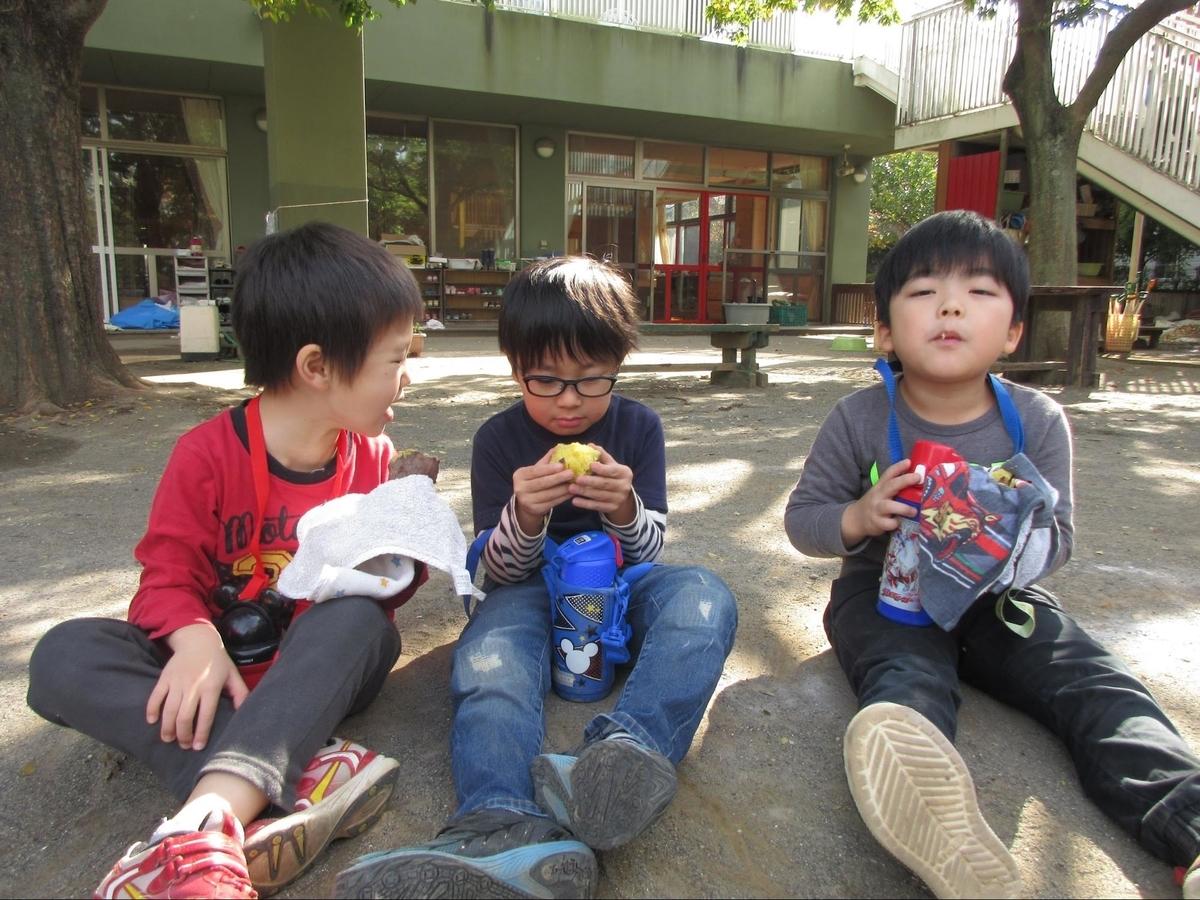 ゆうゆうの森幼保園でご飯を食べる園児