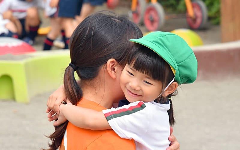 横浜黎明幼稚園 園児 抱きつく