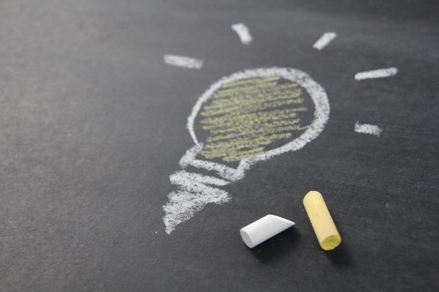 黒板にチョークで電球マークを描かれている
