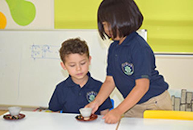 ワールドキッズキンダーガーデンで茶道を学ぶ子どもたち
