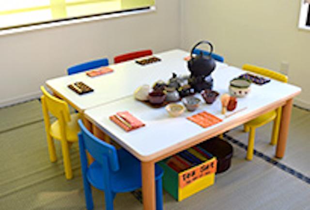 ワールドキッズキンダーガーデンの茶道を学ぶテーブル