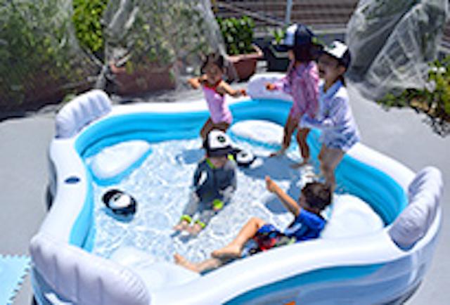 ワールドキッズキンダーガーデンでプールで遊ぶ子どもたち