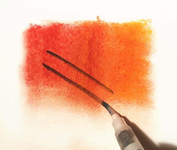 左が赤右がオレンジのソフトパステルをぼやかした後透明水彩を塗ったり