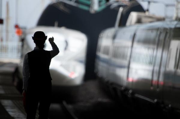 駅から出発する特急列車