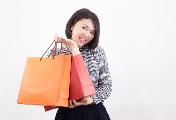 アトリエセールで買い物する女性