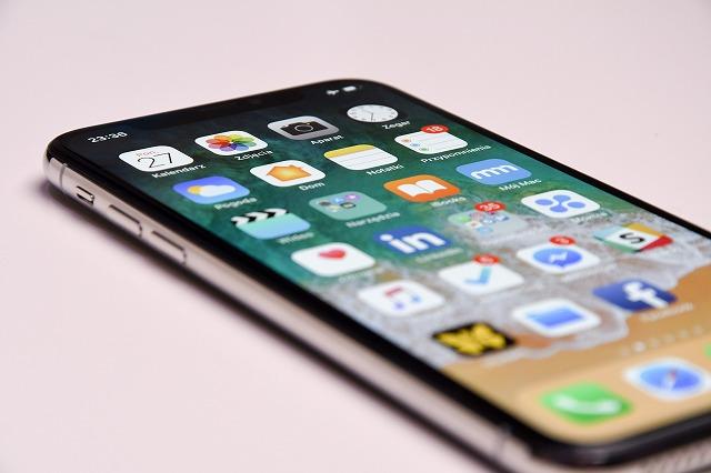 LINE、メッセージアプリを使う写真