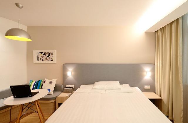 仕事や人生に疲れたホテルに泊まるイメージ写真