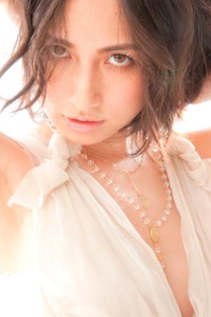 白い谷間の大きく開いたトップスを着ている佐田真由美の画像