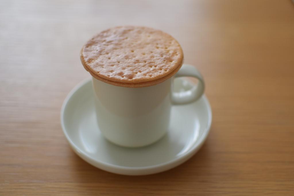 コーヒーの上のストロープワッフル