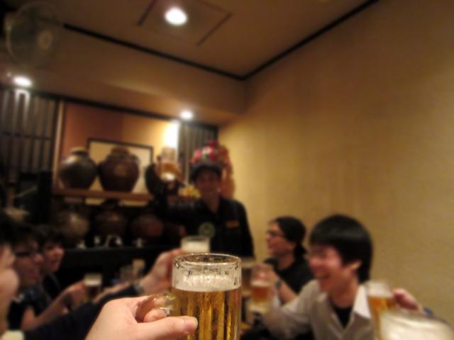 居酒屋でみんなが楽しそうに飲んでいる