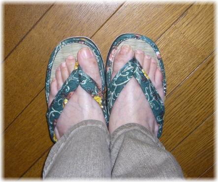 鼻緒のついた夏のつっかけを履いている私の足の写真
