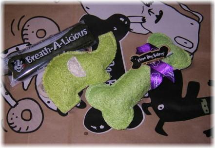 誕生日プレゼントのへちま素材の玩具と歯磨きボーンの写真