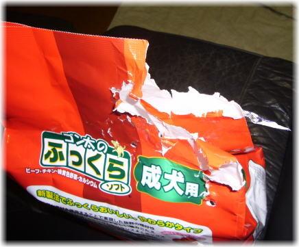 新品のドックフードの袋の口が食いちぎられている写真