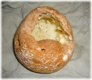 中のクリームだけを食べて皮だけになったシュークリームの写真