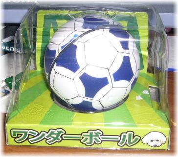 サッカーボールのような青い模様のワンダーボールの写真