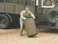 ドラム缶を運ぶ日本兵
