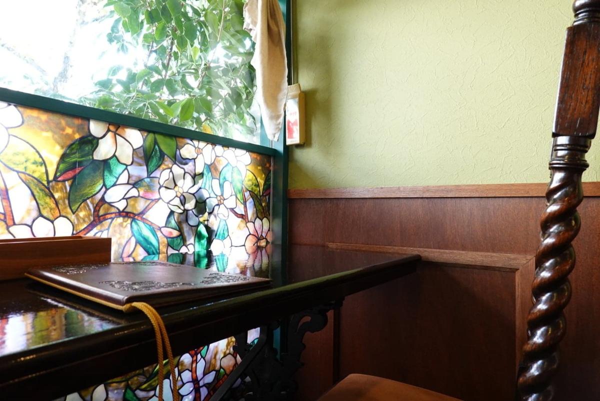 喫茶アンバー 入口横のカウンター席