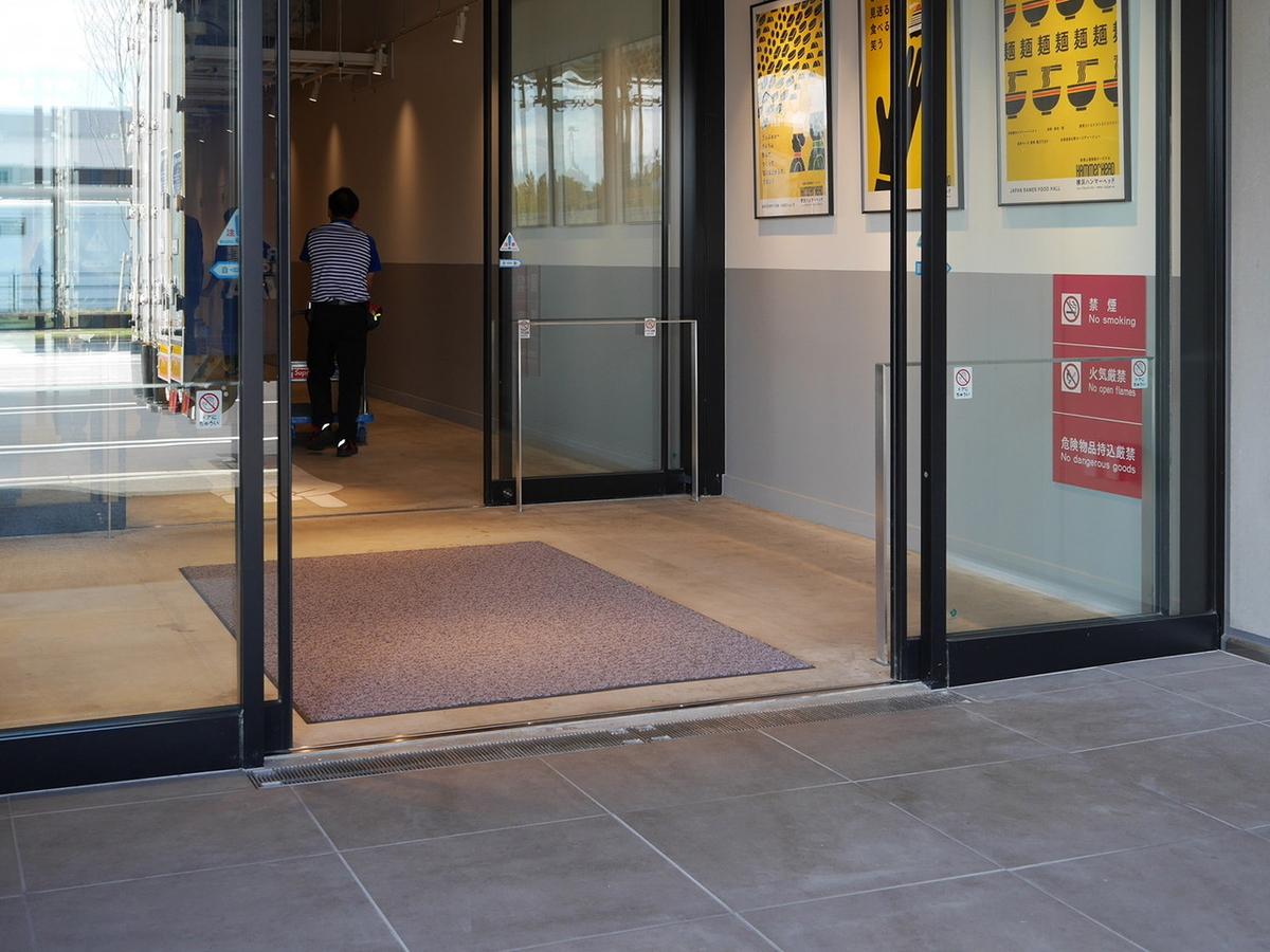 横浜ハンマーヘッド バス停側の入口