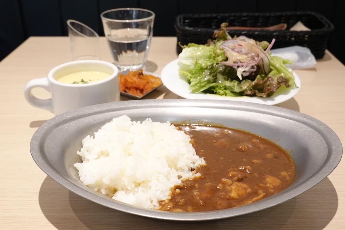 ビーフカレーライス(900円)+スープ、サラダセット(250円)※いずれも税別