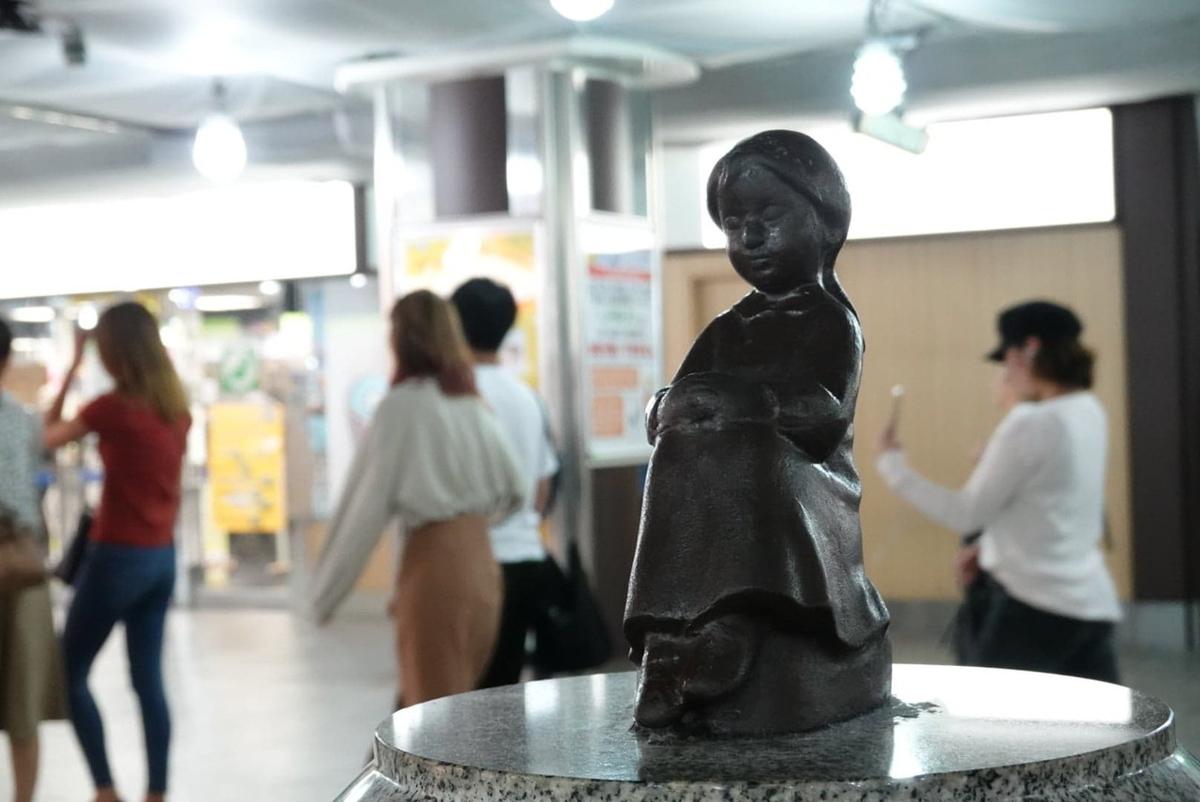 横浜駅 赤い靴はいてた女の子像