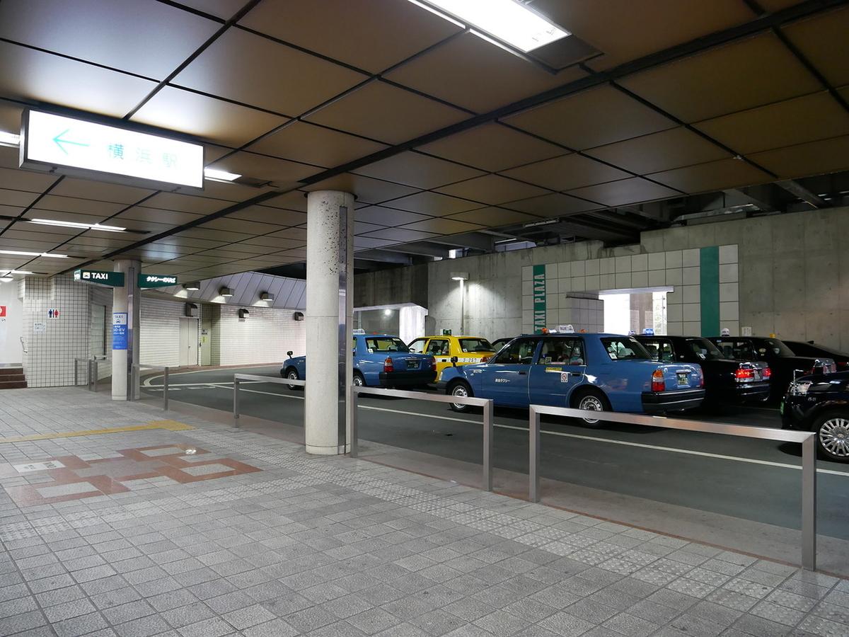 横浜駅東口 タクシープラザ UDタクシー専用待機レーン