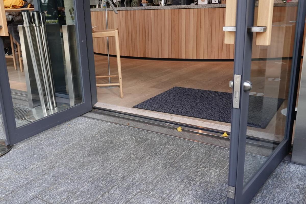 ブルーボトルコーヒー みなとみらいカフェ 入口の段差