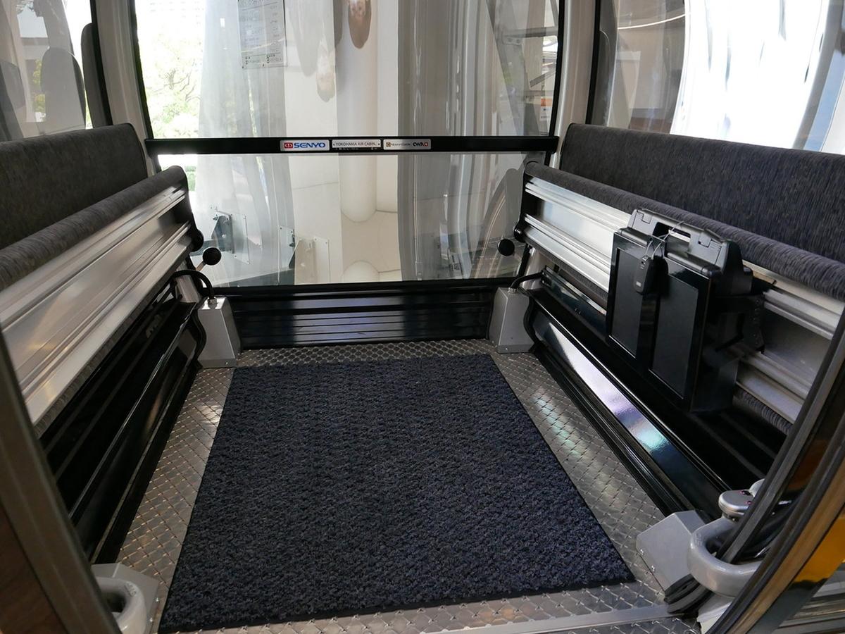 キャビンの両側に設置されている跳ね上げ式のイス