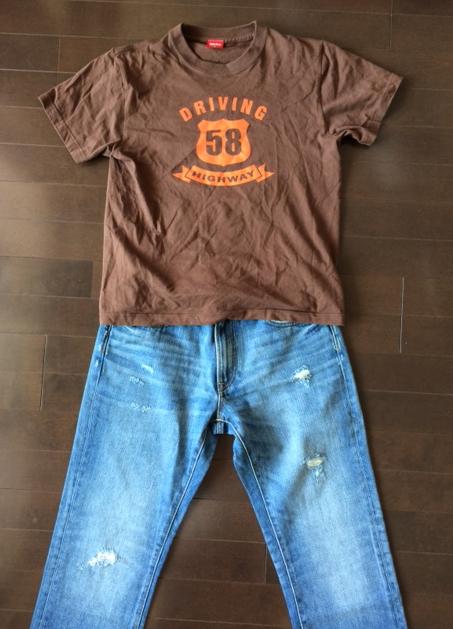 Tシャツとダメージジーンズ