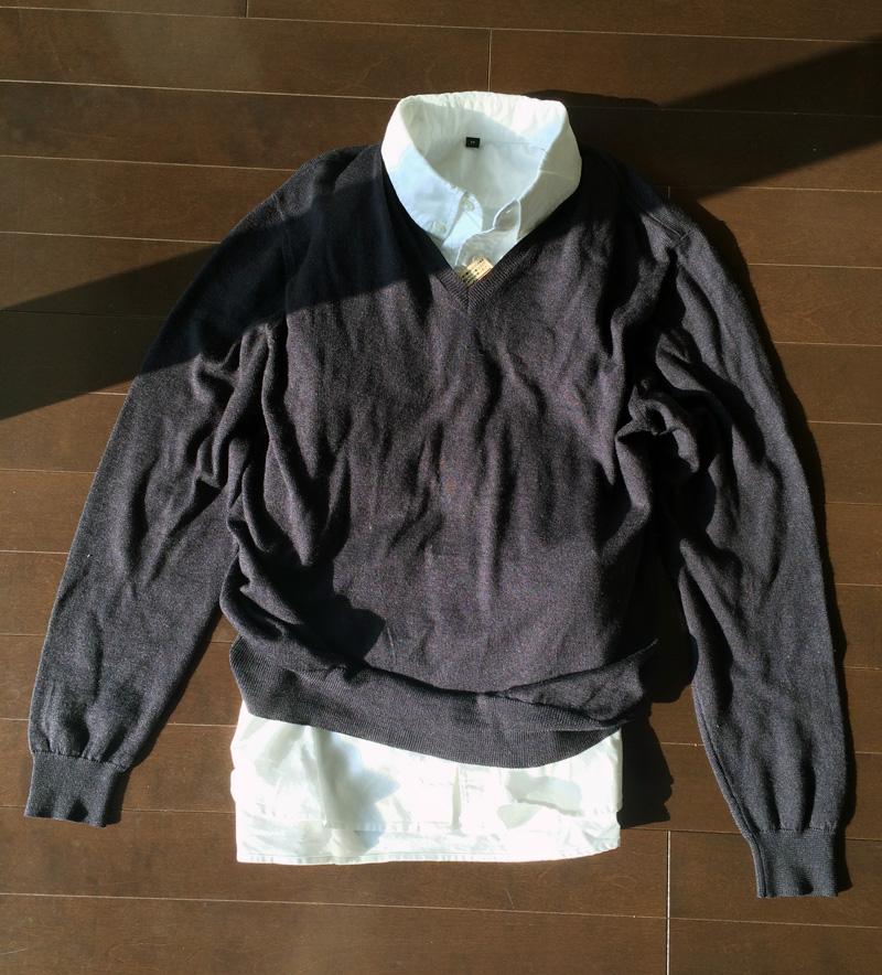 白いオックスフォードのボタンダウンシャツに紺のVネックセーター。