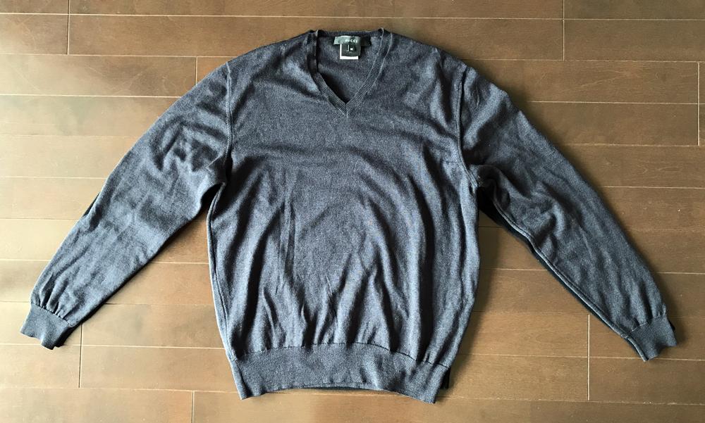 ユニクロとグッチのカシミアセーターのスタイル比較