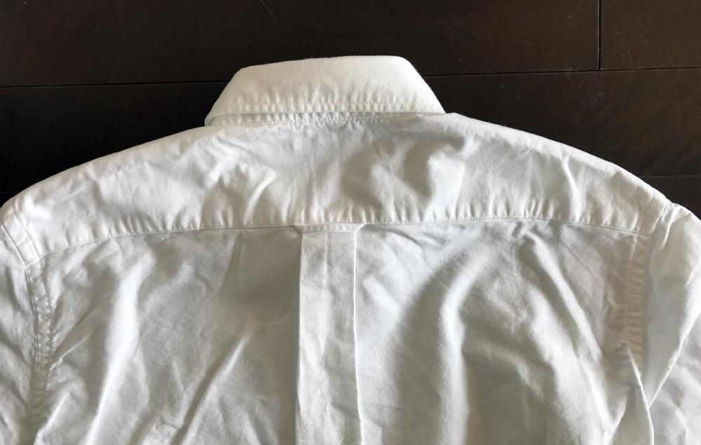 ユニクロのオックスフォードボタンダウンシャツ・白 後ろ