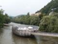 川に唐突に存在するアート