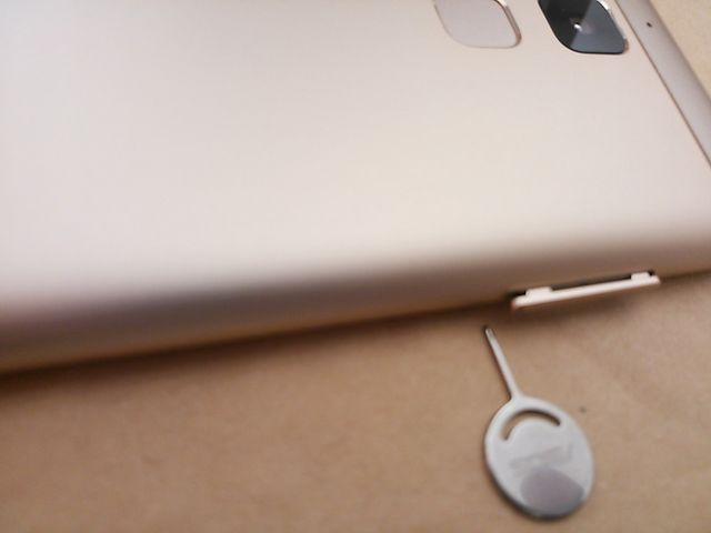 asus ZenFone 3 Max ZC520TLのSIMカードの入れ方