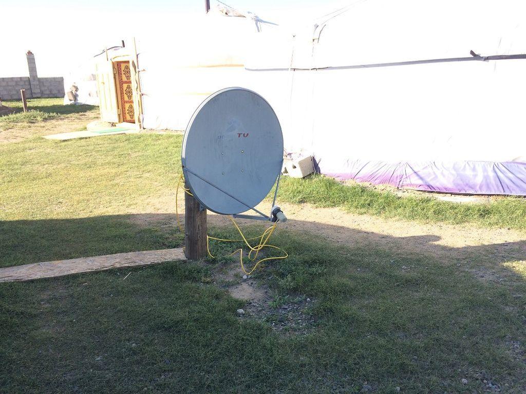 モンゴル、カラコルムのゲストハウスに設置された衛星アンテナ