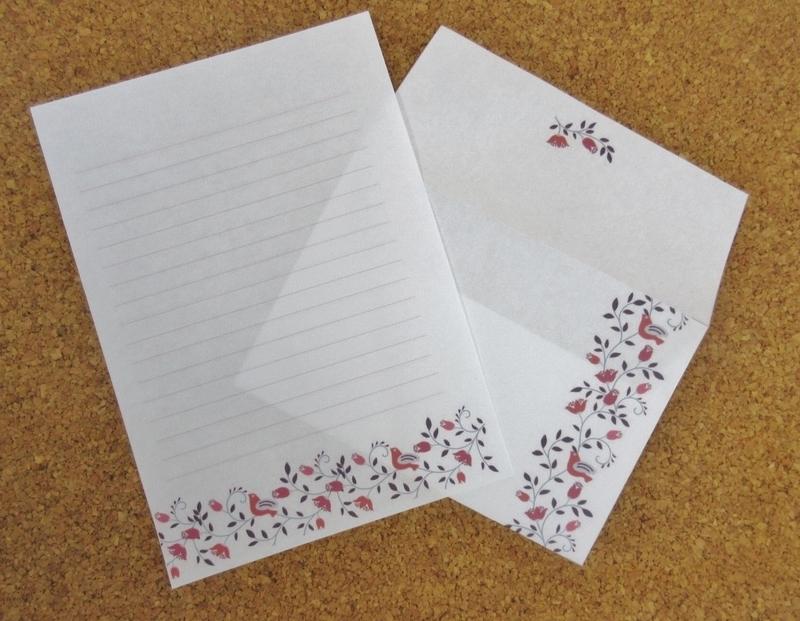 花と小鳥のモチーフの便せんと封筒