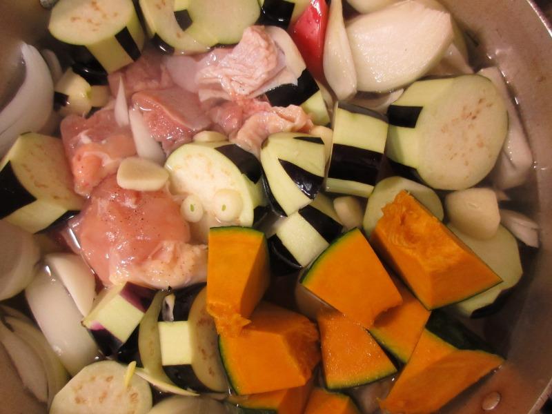 野菜と肉を煮込む写真1
