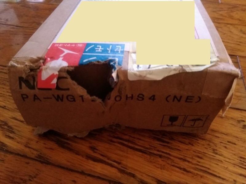 配送トラブル、外箱に穴の写真