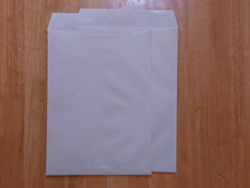 2枚の封筒を合わせるところの写真