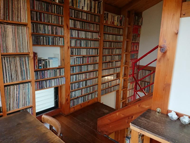森のカフェ 壁のレコードと雑誌