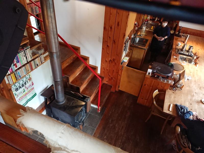 森のカフェ 階段とストーブ