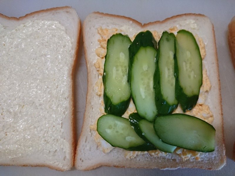 卵とキュウリのサンドイッチ具材のはさみ方