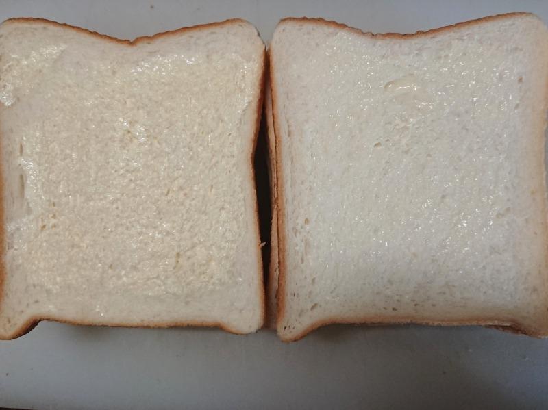 サンドイッチのパンにバターを塗る