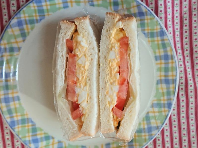 卵とトマトのサンドイッチ