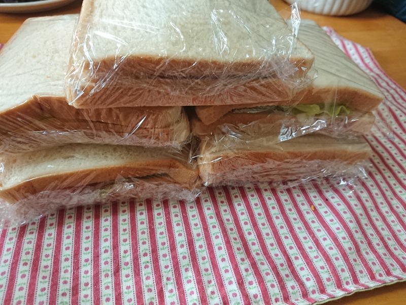 ラップで包んだサンドイッチ2