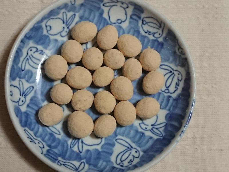 きなこ大豆のお菓子をお皿に並べる