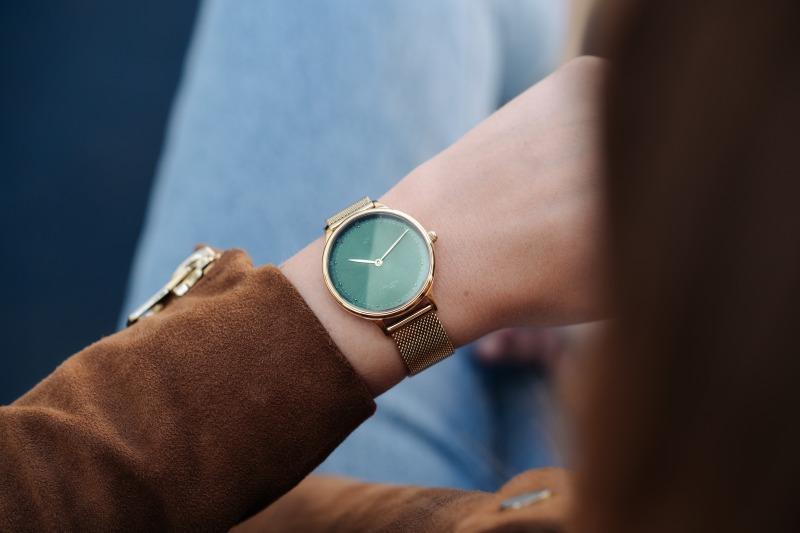 腕時計時計を見る仕草
