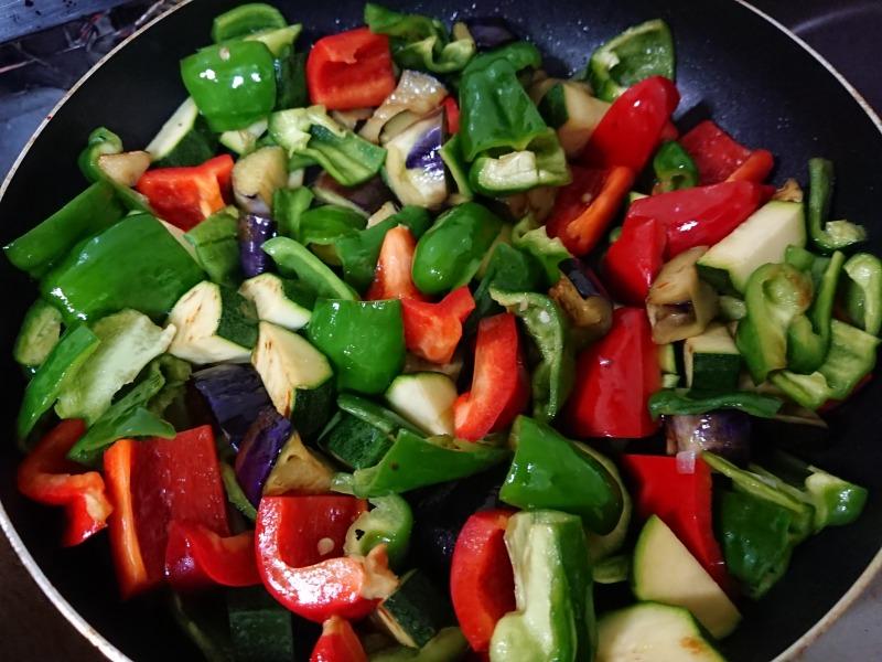夏野菜を炒める