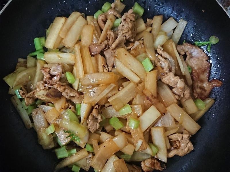大根と豚肉を炒める