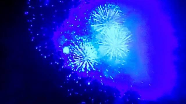 花火大会の青い花火