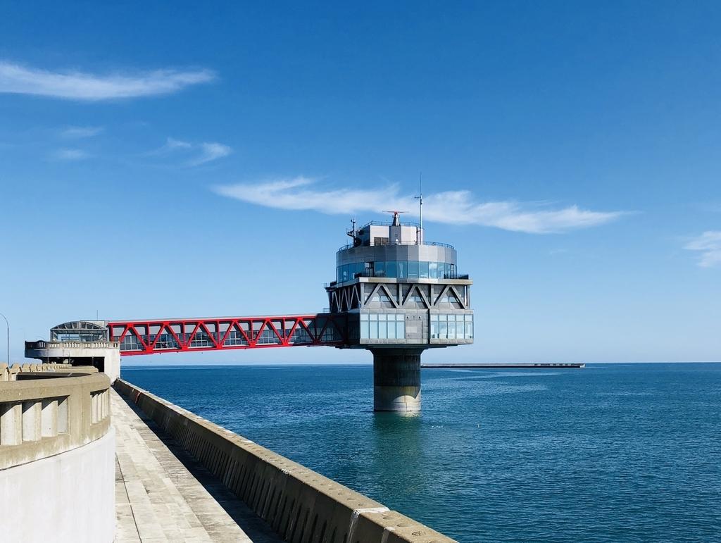 海に突き刺さるような形のオホーツクタワー